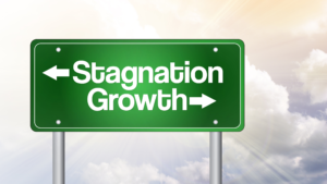 A road sign with two arrows for stagnation and growth.